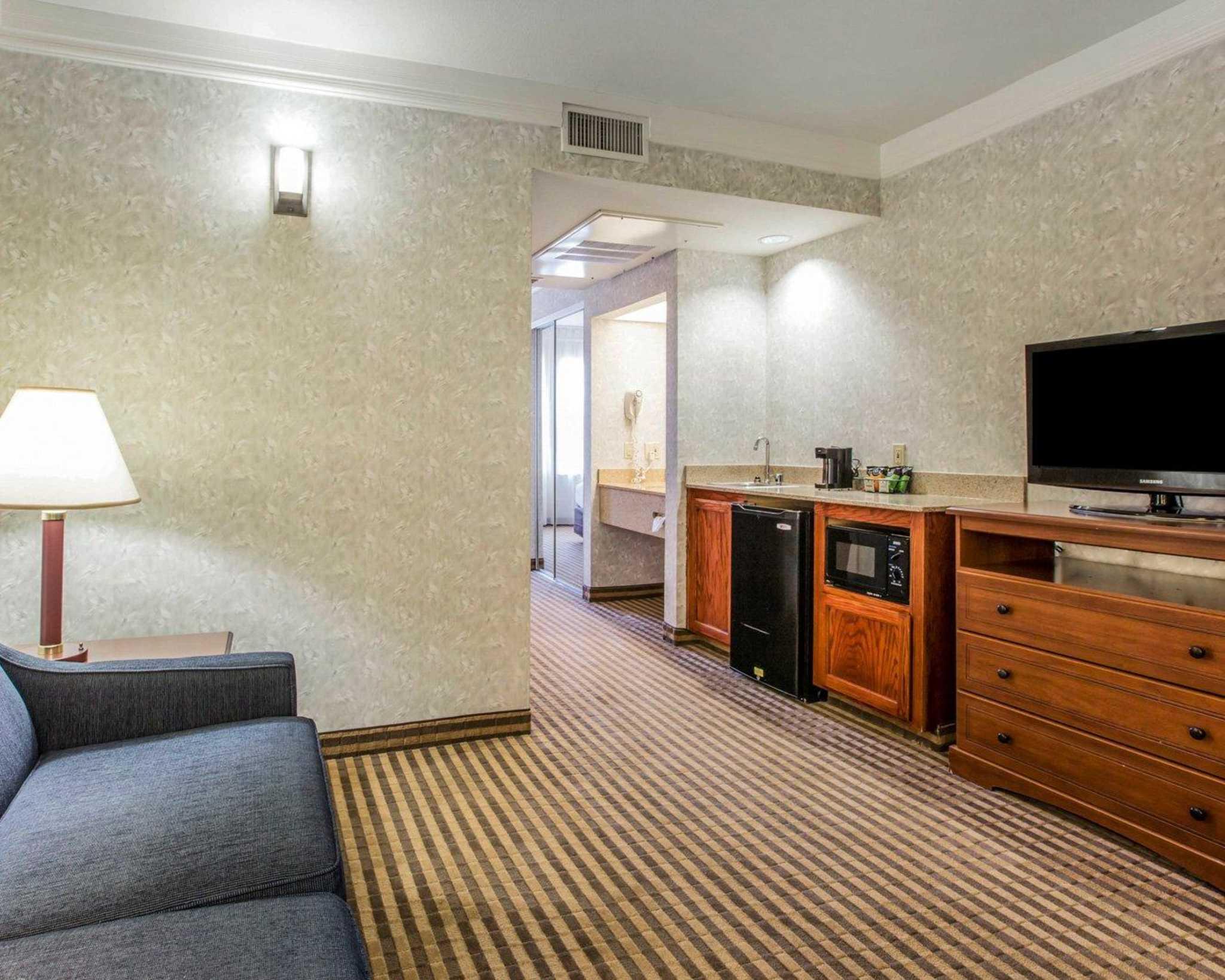 Comfort inn and suites visalia comfort suites visalia for Affordable furniture visalia ca
