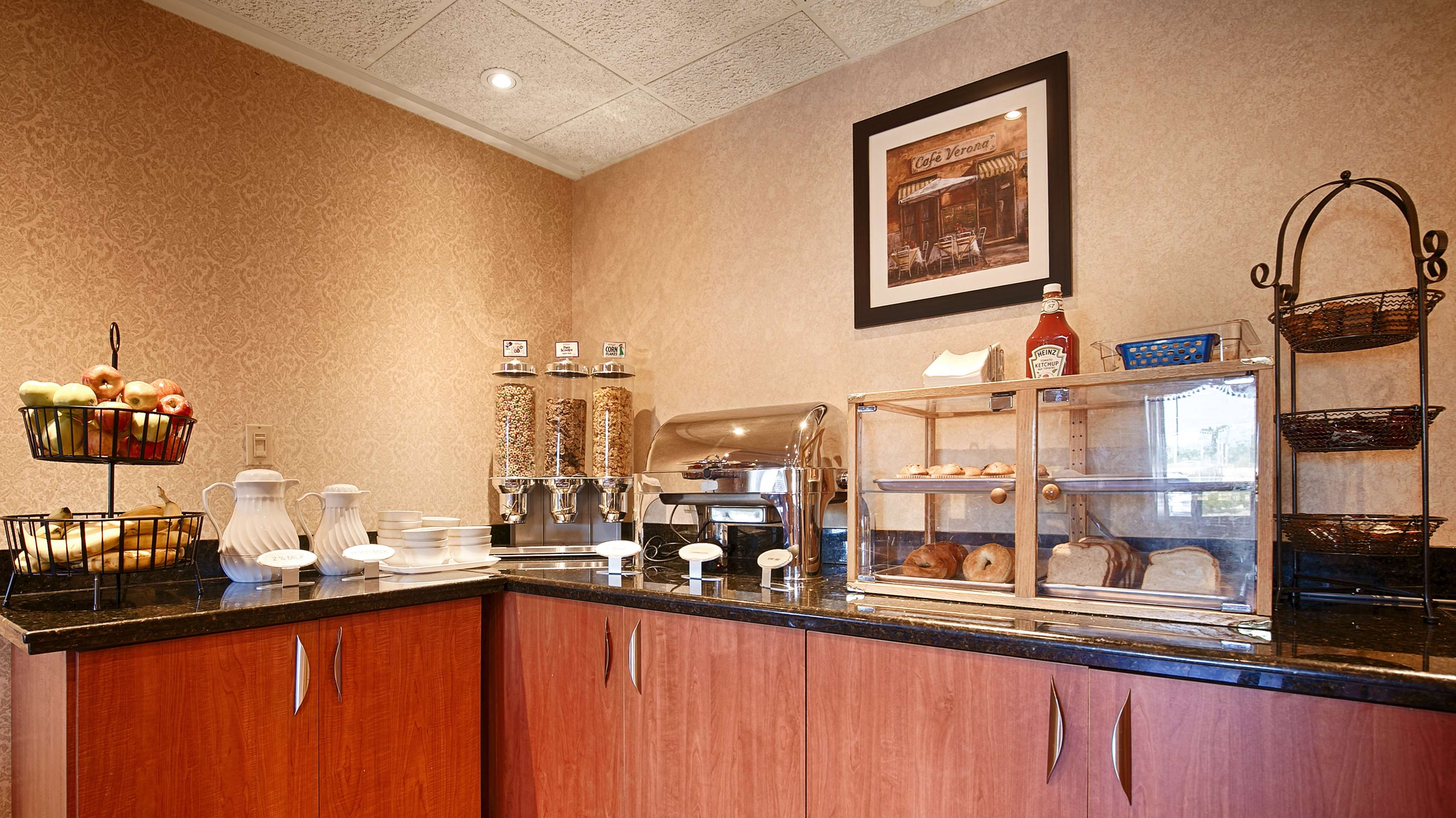 Breakfast Area Best Western Plus Burlington Inn & Suites Burlington (905)639-2700