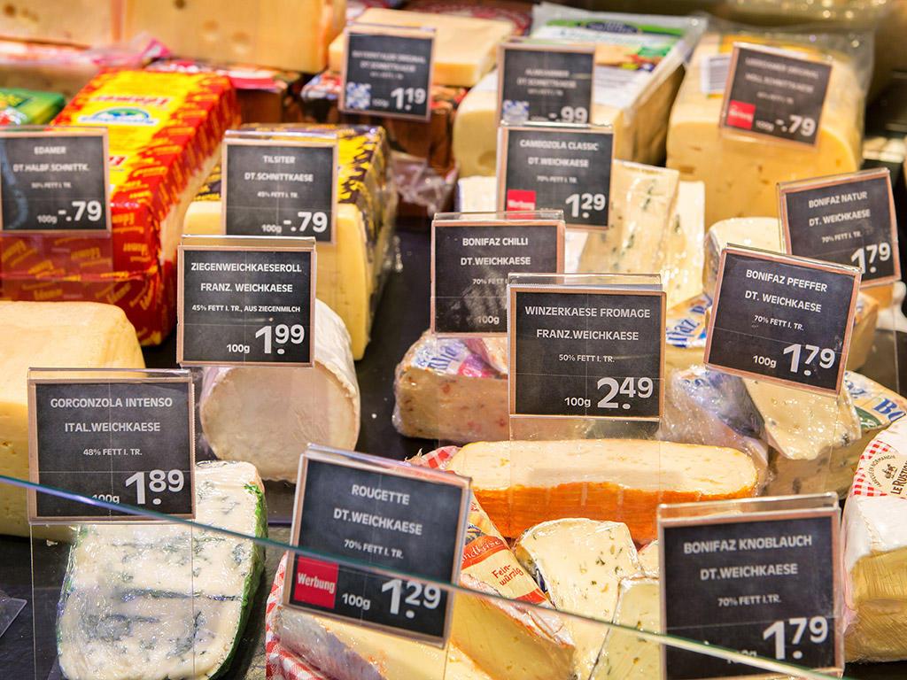 Unsere Mitarbeiter an der Kühltheke versorgen unsere Kunden mit den unterschiedlichsten Fleisch- und Wurstwaren ebenso wie mit leckeren Käsespezialitäten und köstlichen Antipasti.
