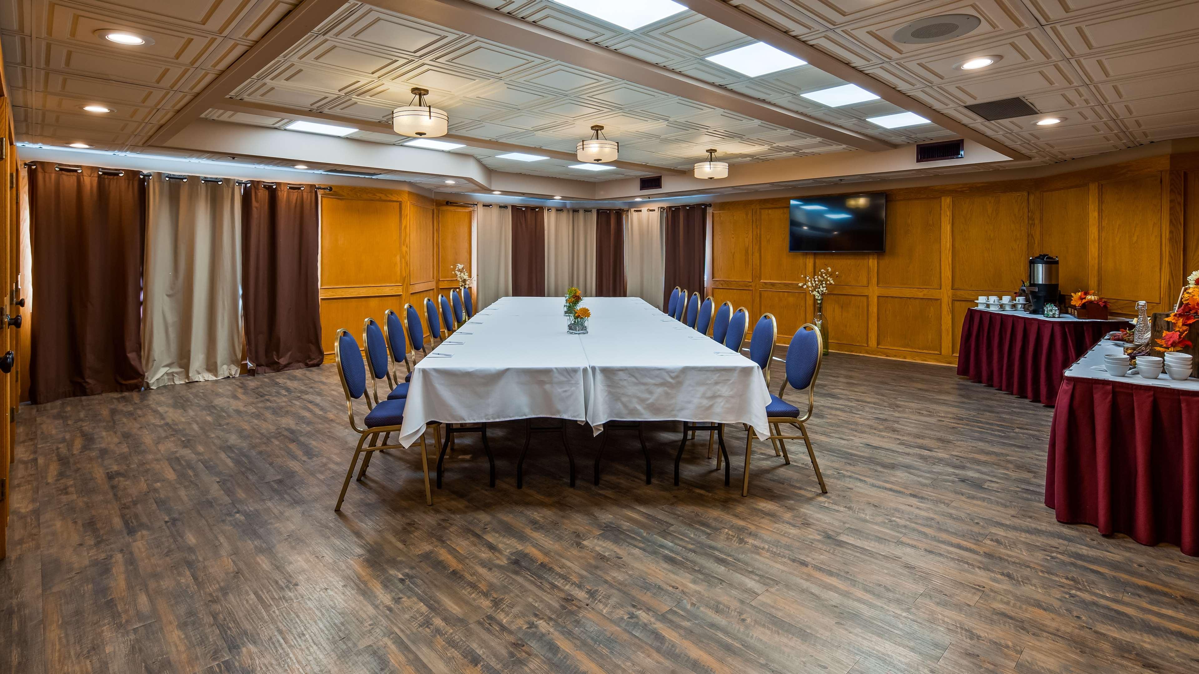 Surestay Hotel By Best Western Chilliwack in Chilliwack: The Oak Room