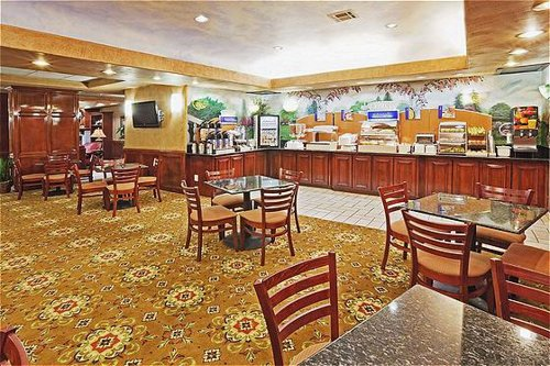 Holiday Inn Express & Suites Oklahoma City-Arpt-Meridian Av - ad image
