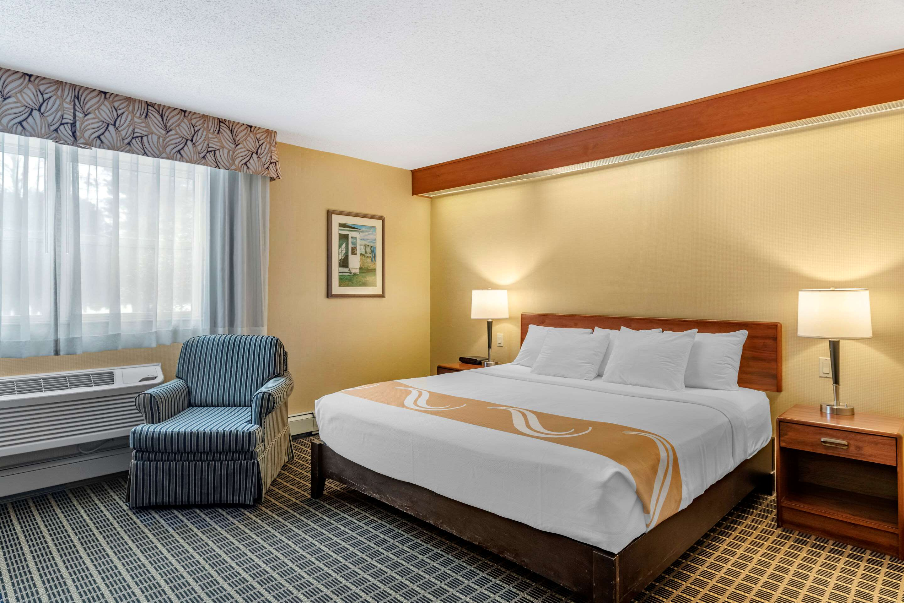 Quality Inn & Suites Garden Of The Gulf in Summerside: Guest room with king bed(s)