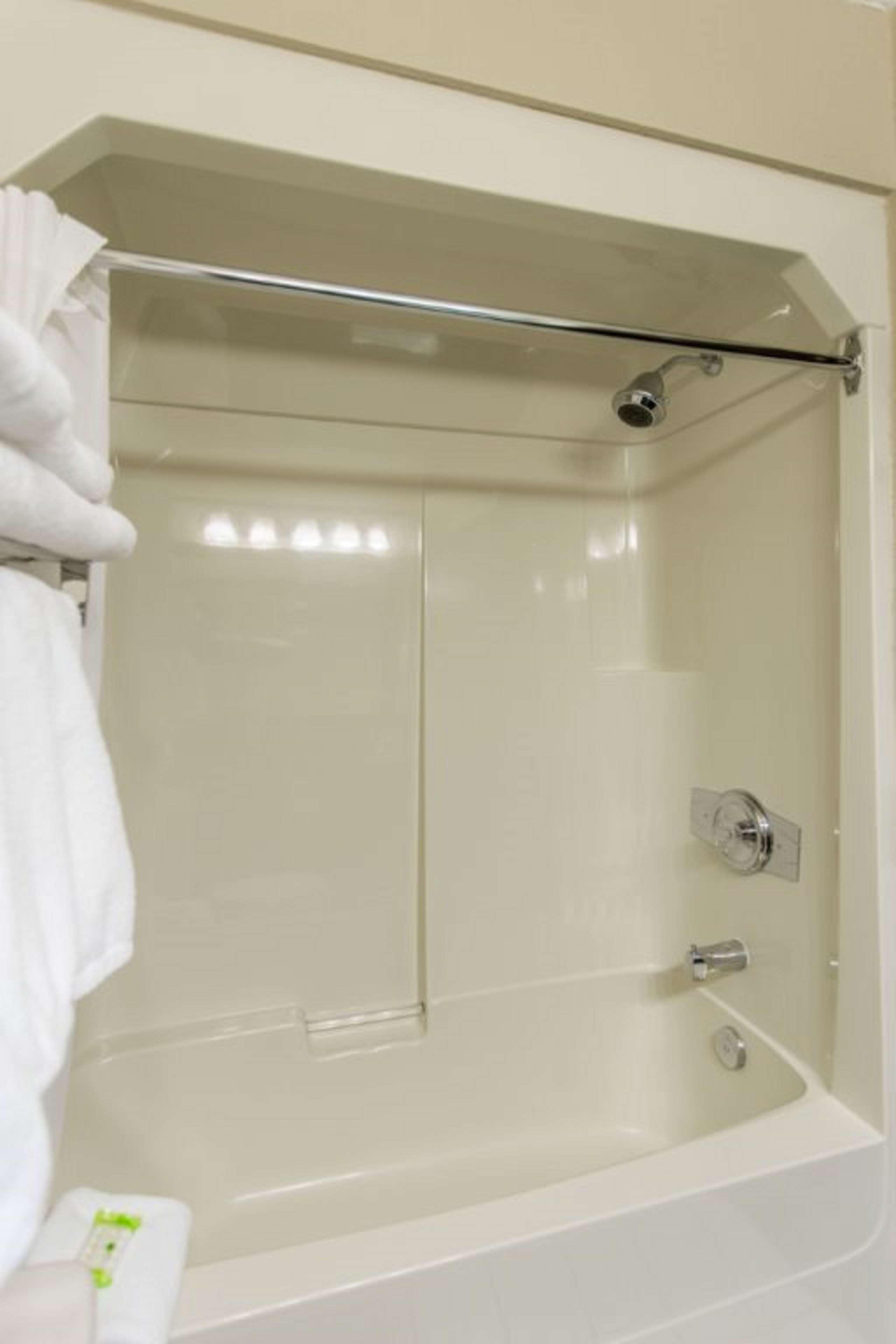 SureStay Plus Hotel by Best Western Seven Oaks in Regina: Bathroom